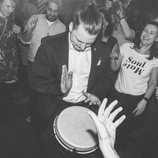 Percussionist mit DJ Band