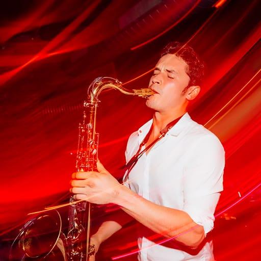 saxophonist mit DJ